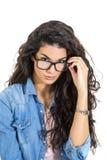 Recht junge Frau mit Gläsern Stockbilder
