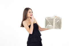 Recht junge Frau mit goldenem Präsentkarton überrascht Stockbild