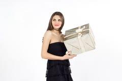 Recht junge Frau mit goldenem Präsentkartonlächeln Stockbild