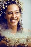 Recht junge Frau mit Könnenlilie im Haar und Rauche in den Händen Lizenzfreie Stockbilder