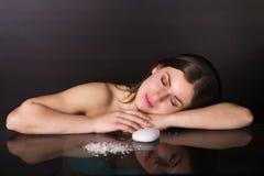 Recht junge Frau mit Kosmetik Lizenzfreies Stockfoto