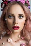 Recht junge Frau mit Kranz von rosa Blumen Lizenzfreie Stockfotos