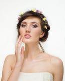 Recht junge Frau mit Kranz von rosa Blumen Lizenzfreies Stockbild