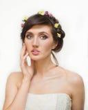 Recht junge Frau mit Kranz von rosa Blumen Lizenzfreie Stockfotografie