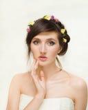 Recht junge Frau mit Kranz von rosa Blumen Stockfoto