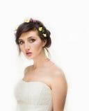 Recht junge Frau mit Kranz von rosa Blumen Stockfotografie
