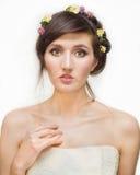 Recht junge Frau mit Kranz von rosa Blumen Stockbilder