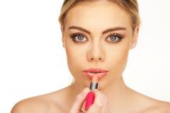 Recht junge Frau mit Lippenstift Lizenzfreie Stockbilder