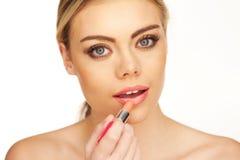 Recht junge Frau mit Lippenstift Lizenzfreies Stockfoto
