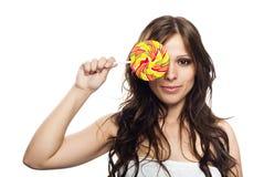 Recht junge Frau mit Lutschersüßigkeit lizenzfreies stockfoto