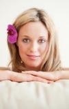 Recht junge Frau mit Orchidee im Haar Stockbilder