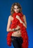 Recht junge Frau mit roter Feder-Boa Stockfoto
