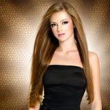 Recht junge Frau mit schönem langem geradem lizenzfreie stockbilder