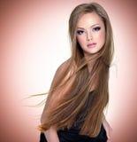 Recht junge Frau mit schönem langem geradem Stockfotografie