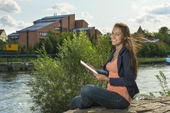 Recht junge Frau mit Tablet-PC Lizenzfreie Stockfotografie