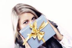 Recht junge Frau mit Weihnachtsgeschenk Stockfoto