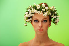 Recht junge Frau mit Wreath auf Kopf Stockbild