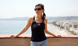 Recht junge Frau in Nizza Frankreich Lizenzfreie Stockfotografie