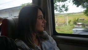 Recht junge Frau reist mit dem Auto und das Fenster heraus schauend und die Ansicht der schönen tropischen Natur genießend stock video