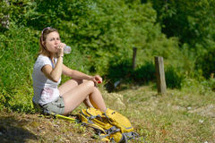 Recht junge Frau steht während einer Wanderung in den Bergen still stockfoto