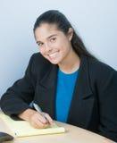 Recht junge Frau am Tisch mit Feder und Papier stockfoto