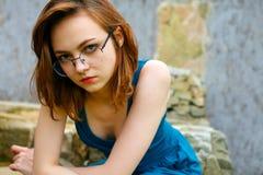 Recht junge Frauen, die auf alter Straße aufwerfen Lizenzfreie Stockfotografie