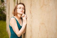 Recht junge Frauen, die auf alter Straße aufwerfen Lizenzfreies Stockfoto