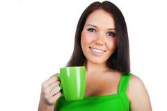 Recht junge Frauen mit der Tasse Tee Stockfoto