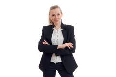 Recht junge Geschäftsfrau in der klassischen schwarzen Uniform lächelnd auf Kamera Stockbild
