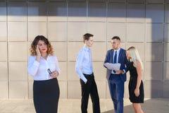 Recht junge Geschäftsfrau, Student hält auf Kopf von der Ermüdung, Stockbilder