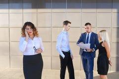 Recht junge Geschäftsfrau, Student hält auf Kopf von der Ermüdung, Lizenzfreies Stockfoto