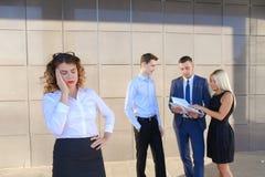 Recht junge Geschäftsfrau, Student hält auf Kopf von der Ermüdung, Lizenzfreies Stockbild