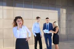 Recht junge Geschäftsfrau, Student hält auf Kopf von der Ermüdung, Stockbild