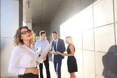 Recht junge Geschäftsfrau, Studentenreste, machte Pause von der Arbeit Stockfotos