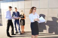Recht junge Geschäftsfrau, Studentenreste, machte Pause von der Arbeit Lizenzfreies Stockfoto