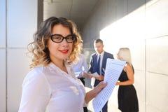 Recht junge Geschäftsfrau, Studentenreste, machte Pause von der Arbeit Lizenzfreie Stockfotos
