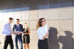 Recht junge Geschäftsfrau, Studentenreste, machte Pause von der Arbeit Stockfoto
