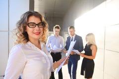 Recht junge Geschäftsfrau, Studentenreste, machte Pause von der Arbeit Stockbilder