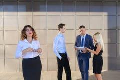 Recht junge Geschäftsfrau, Studentenreste, machte Pause von der Arbeit Stockbild