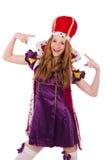 Recht junge Königin im purpurroten Kleid an lokalisiert Lizenzfreies Stockfoto