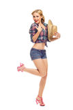 Recht junge lächelnde Frau mit Hut Stockbild