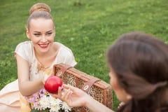 Recht junge Mädchen machen Picknick im Park Lizenzfreies Stockfoto
