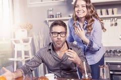 Recht junge Paare haben Spaß in der Küche Stockfotos