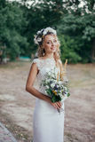 Recht junge rustikale Braut stockbild