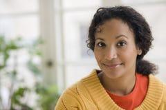 Recht junge schwarze Frau lizenzfreies stockbild