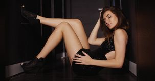 Recht junge sexy Dame im dunklen Korridor stock video