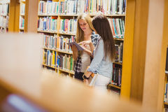 Recht junge Studenten, die zusammen mit Tablette arbeiten stockfotografie