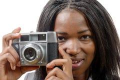 Recht junger Afroamerikaner mit einer alten Kamera Stockfotografie