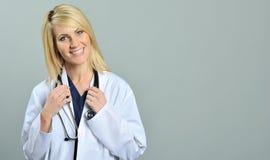 Recht junger blonder Gesundheitspflegefachmann Stockfoto