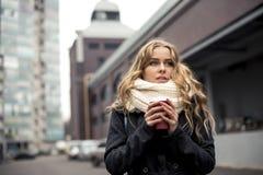 Recht junger blonder trinkender Kaffee draußen Stockfotos